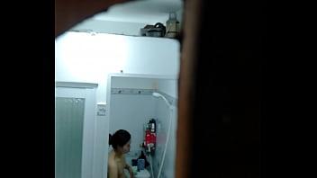 Clip sex quay lén vợ bạn tắm trong phòng trọ