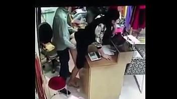 Clip sex ông chủ địt trộm thu ngân tại quầy